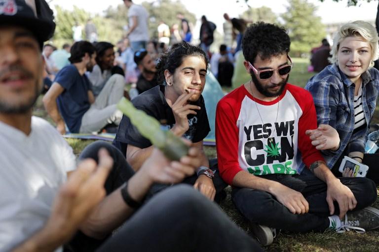 Des Israéliens fument un joint à Jérusalem le 20 avril 2017 lors d'un rassemblement au jardin des roses, en Israël (Crédit : AFP PHOTO / THOMAS COEX)