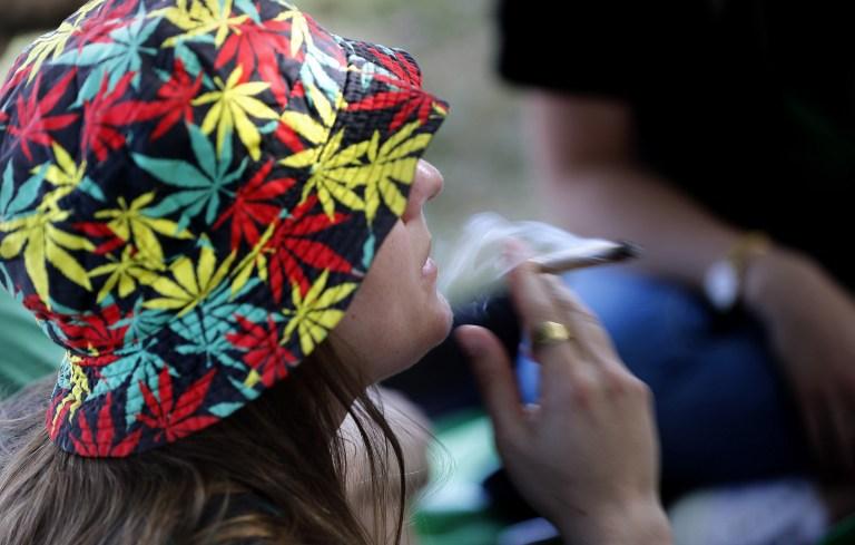 Une Israélienne fume un joint à Jérusalem le 20 avril 2017 lors d'un rassemblement au jardin des roses, en Israël (Crédit : AFP PHOTO / THOMAS COEX)