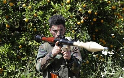 Un membre du Hezbollah dans un champ proche de Naqura, à la frontière libano-israélienne, le 20 avril 2017. (Crédit : Joseph Eid/AFP)