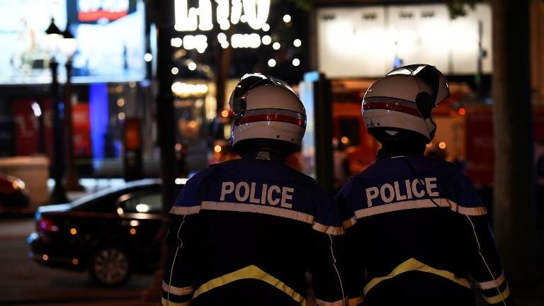 Les policiers bloquent l'accès aux Champs Elysées à Paris après une attaque terroriste, le 20 avril 2017 (Crédit : AFP / Ludovic Marin)
