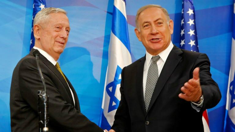 Le Premier ministre Benjamin Netanyahu (à droite) serre la main du secrétaire d'état à la Défense James Mattis avant leur rencontre à Jérusalem le 21 avril 2017 (Crédit : GIL COHEN-MAGEN / POOL / AFP)