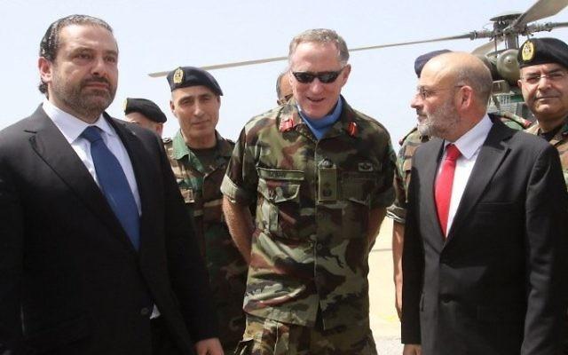 Le Premier ministre libanais Saad Hariri, à gauche, avec le commandant de la FINUL, le général irlandais Michael Beary, au centre, lors d'une visite au siège de la FINUL dans le sud du Liban, à Naqura, le 21 avril 2017. (Crédit : Mahmoud Zayyat/AFP)