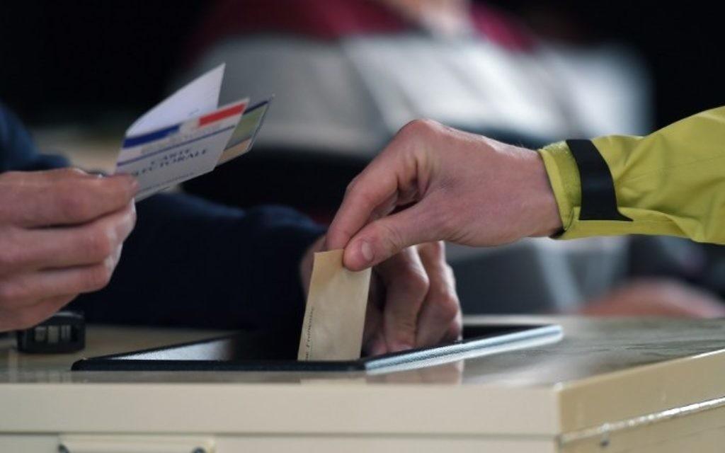 Vote dans un bureau de vote pour le premier tour des élections présidentielles françaises, à Strasbourg, le 23 avril 2017. (Crédit : Federick Florin/AFP)