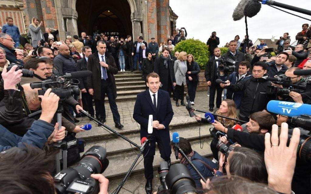 Emmanuel Macron à la sortie du bureau de vote pour le premier tour de l'élection présidentielle française, au Touquet, le 23 avril 2017. (Crédit : Philippe Huguen/AFP)