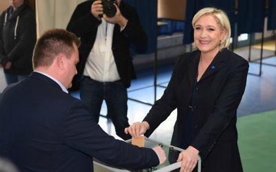 Marine Le Pen vote au premier tour de l'élection présidentielle française, à Hénin-Beaumont, dans le nord de la France, le 23 avril 2017. (Crédit : Alain Jocard/AFP)