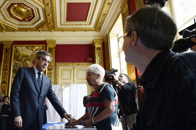 François Fillon vote au premier tour de l'élection présidentielle française, à Paris, le 23 avril 2017. (Crédit : Christophe Archambault/Pool/AFP)