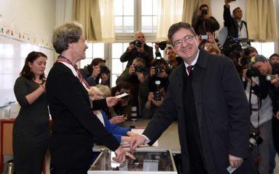 Jean-Luc Mélenchon vote au premier tour de l'élection présidentielle française, à Paris, le 23 avril 2017. (Crédit : Bertrand Guay/AFP)