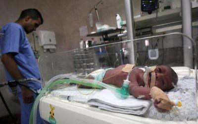 Un nouveau-né dans une couveuse en néonatalogie à l'hôpital Al-Shifa de Gaza Ville, le 23 avril 2017. (Crédit : Said Khatib/AFP)