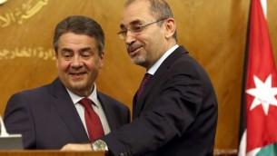 Ayman Safadi, le ministre jordanien des Affaires étrangères, à droite, avec son homologue allemand Sigmar Gabriel, à Amman, le 24 avril 2017. (Crédit : Khalil Mazraawi/AFP)