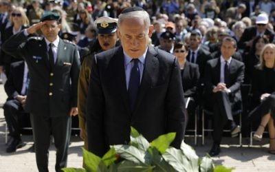 Le Premier ministre Benjamin Netanyahu pendant la cérémonie officielle de Yom HaShoah, à Yad Vashem, à Jérusalem, le 24 avril 2017. (Crédit : Amir Cohen/Pool/AFP)