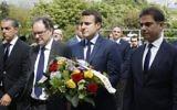 Emmanuel Macron, avec Mourad Franck Papazian, à droite, et Ara Toranian, 2e à gauche, pendant une cérémonie de commémoration du génocide arménien de 1915, à Paris, le 24 avril 2017. (Crédit : François Guillot/Pool/AFP)