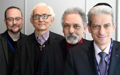 (De gauche à droite) le pasteur Pierre de Mareull, le diacre Yves de Brunhoff, l'Imam Hazem El Shafei et le rabbin Moché Lewin posent près des zones de prière de l'aéroport Paris-Charles de Gaulle à Roissy, France le 29 mars 2017(Crédit : AFP PHOTO / GABRIEL BOUYS)
