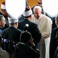 Le pape François est salué par les religieux musulmans lors d'une visite à la prestigieuse institution sunnite Al-Azhar au Caire le 28 avril 2017 lors d'une visite officielle en Egypte. (Crédit : AFP PHOTO / Thomas COEX)