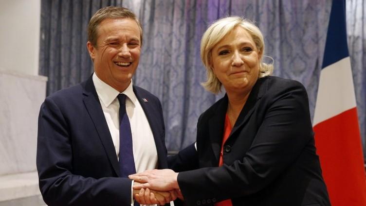 La présidente et le Premier Ministre ? Nicolas Dupont-Aignan et Marine Le Pen, au siège du Front national, à Paris, le 29 avril 2017. (Crédit : Geoffroy van der Hasselt/AFP)
