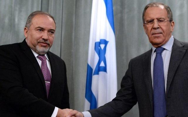 Avigdor Liberman, à gauche, avec le ministre russe des Affaires étrangères Sergueï Lavrov, à Moscou, le 26 janvier 2015. (Crédit : Vasily Maximov/AFP)