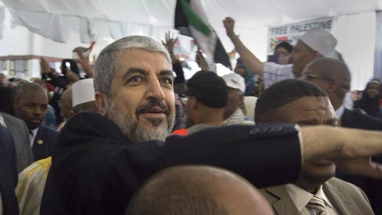 Le leader politique du Hamas Khaled Mashaal à un rassemblement de l'ANC organisé en l'honneur du Hamas au Cap, en Afrique du sud, le 21 octobre 2015 (Crédit : AFP Photo/Rodger Bosch)