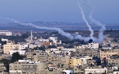 Des nuages de fumée tracent le parcours de missiles palestiniens tirés depuis le nord-est de Gaza le 21 août 2014 (Crédit : AFP/ROBERTO SCHMIDT)