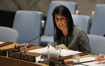 Nikki Haley, ambassadrice des Etats-Unis à l'ONU, pendant une réunion du Conseil de sécurité sur la situation au Moyen Orient à New York, le 12 avril 2017. (Crédit : Spencer Platt/Getty Images/AFP)