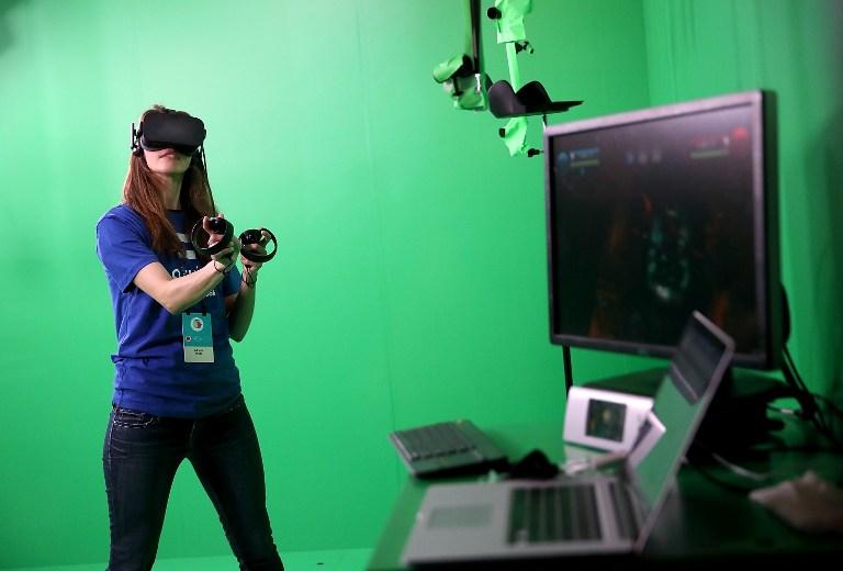 Adriana Ojeda utilise un Oculus pendant la Conférence Facebook F8 pour les développeurs à San Jose, Californie, le 18 avril 2017. (Crédit : Justin Sullivan/Getty Images/AFP)