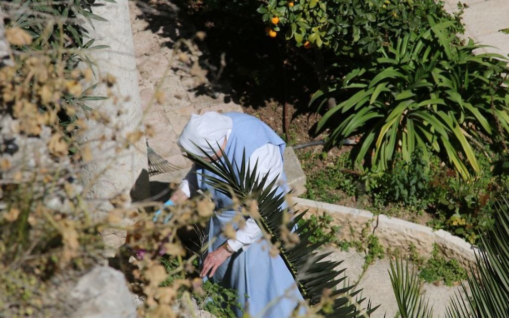 Une femme dans les jardins du Patriarcat latin de Jérusalem. (Crédit : Shmuel Bar-Am)
