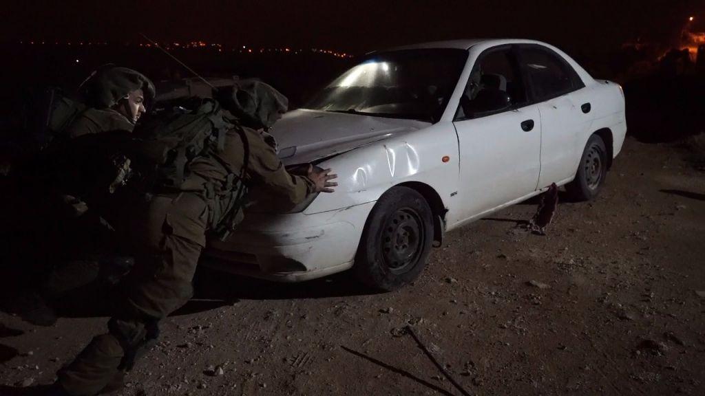 Une voiture volée saisie par l'armée israélienne pendant son opération à Silwad, village natal d'un terroriste palestinien qui a tué un soldat, le 13 avril 2017. (Crédit : unité des porte-paroles de l'armée israélienne)