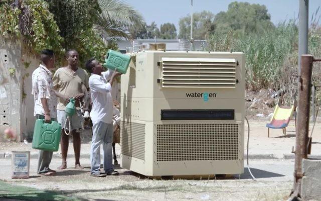 La technologie de Water-Gen utilise une série de filtres pour purifier l'air, en extraire l'humidité et la transformer en eau potable. (Crédit : capture d'écran YouTube)