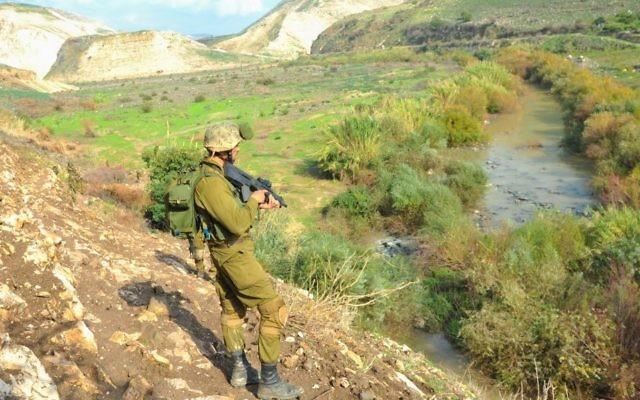 Un soldat israélien sur le plateau du Golan le 15 décembre 2014. Illustration. (Crédit : Matan Portnoy/armée israélienne/Flickr)