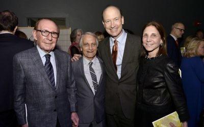De gauche à droite, Ted Cutler, Robert Kargman, Jon Abbott et Marjie Kargman à l' Huntington Theater de Boston (Crédit :  CC BY Paul Marotta, Flickr)