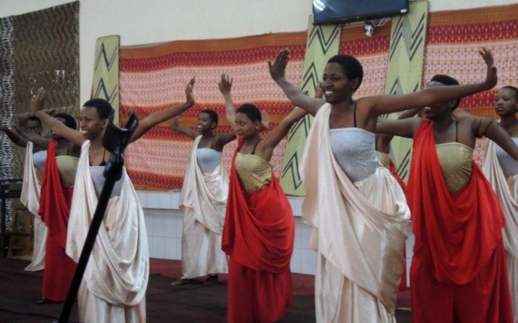 L'une des troupes de danse de l'Agahozo Shalom Youth Village, en représentation au Rwanda, le 17 février 2017. (Crédit : Melanie Lidman/Times of Israel)