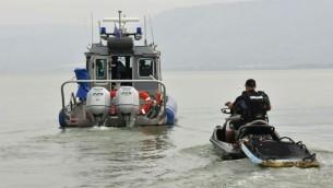 Les polices et les secours tentent de retrouver trois jeunes hommes qui ont disparu au lac de Tibériade, le 13 avril 2017. (Crédit : porte-parole de la police)