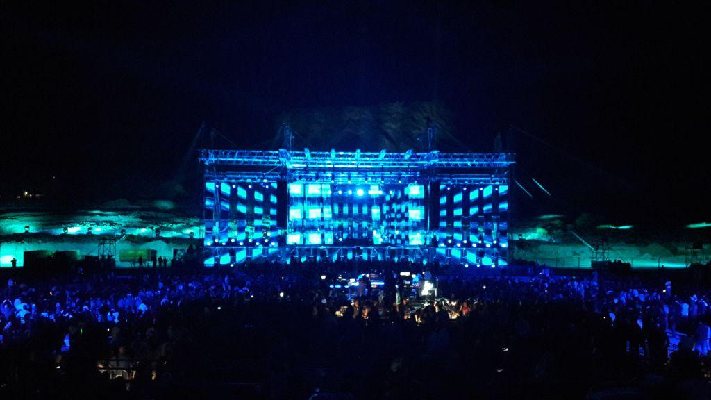 Le concert de Jean-Michel Jarre à la mer Morte, au pied de la forteresse de Massada, le 6 avril 2017. (Crédit : Stéphane Belaisch)