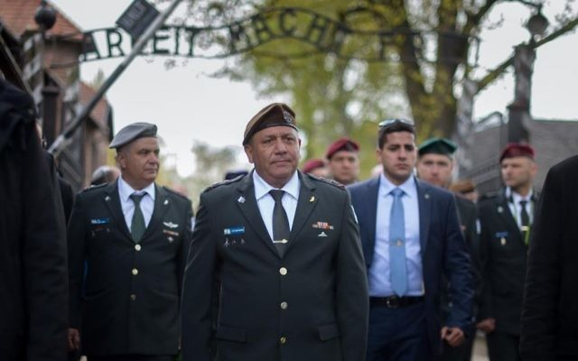 Gadi Eizenkot, chef d'Etat-major de l'armée israélienne, mène une délégation militaire au camp d'extermination d'Auschwitz-Birkenau avant Yom HaShoah, le 23 avril 2017 (Crédit : unité des porte-paroles de l'armée israélienne)