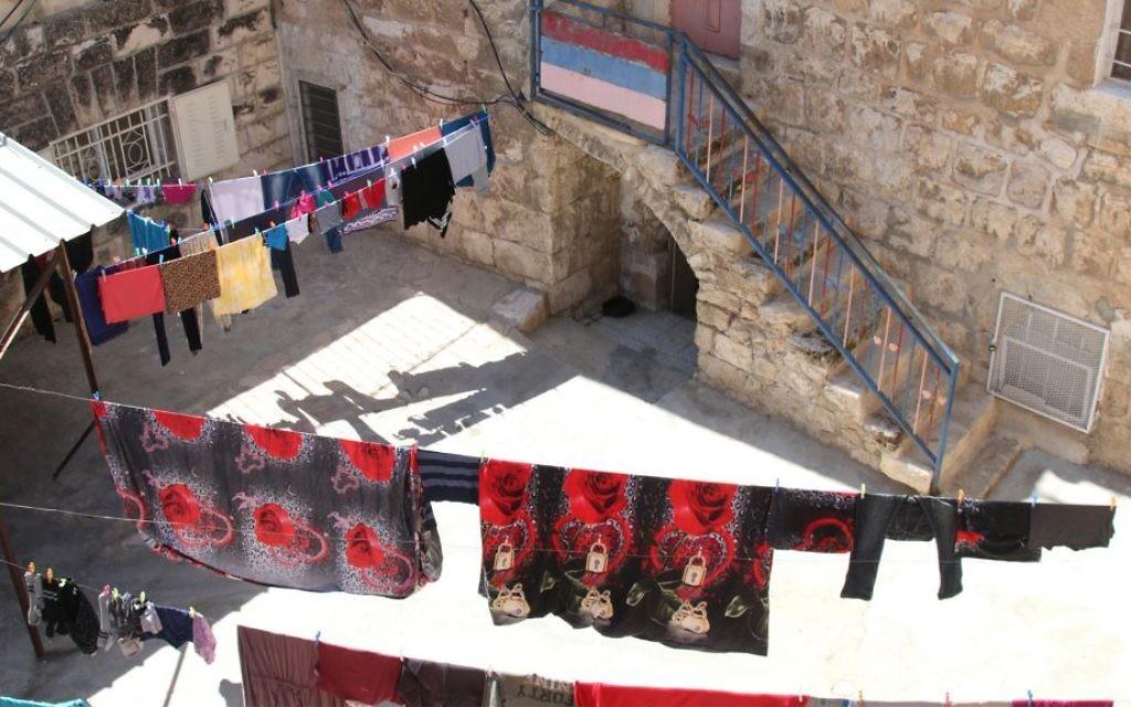 Le quartier musulman de la Vieille Ville de Jérusalem, vu depuis les remparts. (Crédit : Shmuel Bar-Am)