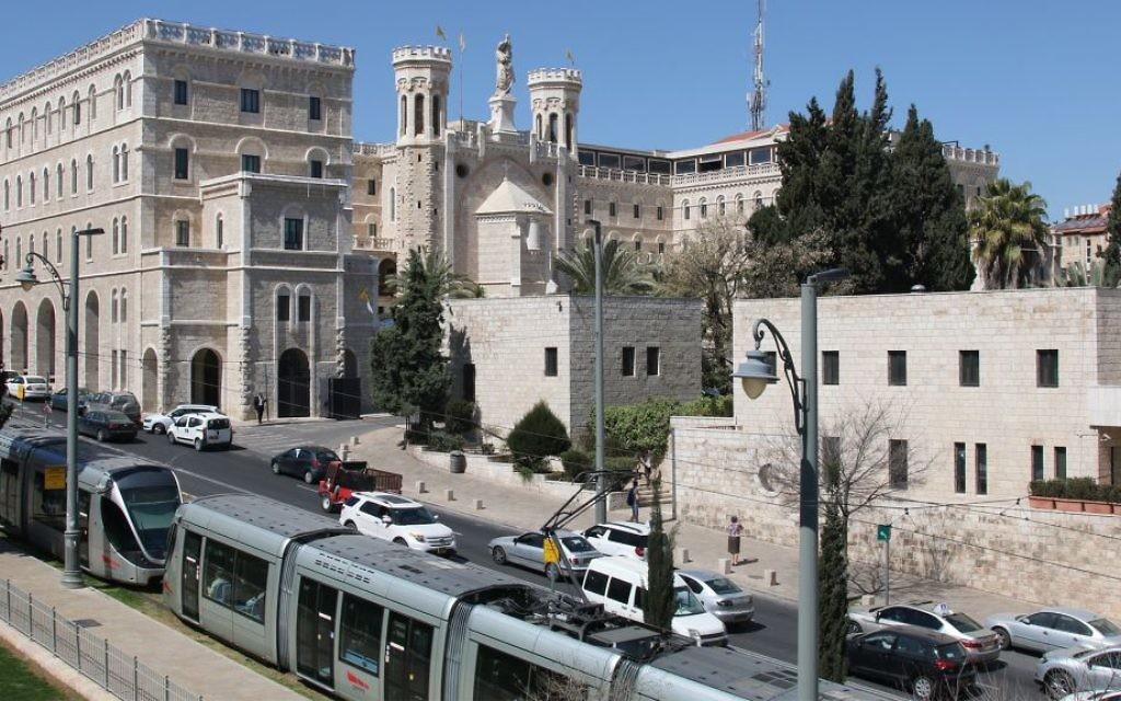 Notre-Dame de Jérusalem, le plus grand bâtiment construit dans la ville avant la Première Guerre mondiale, vue depuis les remparts de la Vieille Ville. (Crédit : Shmuel Bar-Am)