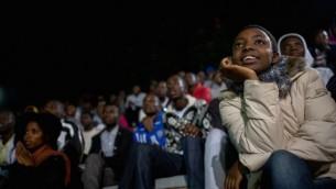 Les élèves assistent à la représentation hebdomadaire de l'Agahozo Shalom Youth Village au Rwanda, le 17 février 2017. (Crédit : Miriam Alster/Flash90)