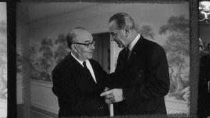 Levi Eshkol, Premier ministre d'Israël, avec le président américain Lyndon B. Johnson dans le ranch de ce dernier, le 7 janvier 1968. (Crédit : Bibliothèque LBJ/Moriah Films)