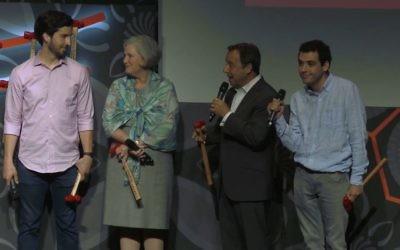 La famille Suskind. De gauche à droite, Walter, Cornelia, Ron et Owen. (Crédit : capture d'écran Vimeo)