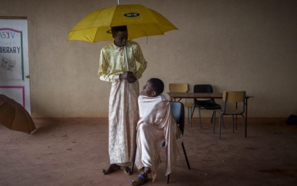 L'Agahozo Shalom Youth Village au Rwanda utilise la scène comme une thérapie pour aider les élèves à prendre confiance en eux, dans cette représentation du 17 février 2017. (Crédit : Miriam Alster/Flash90)