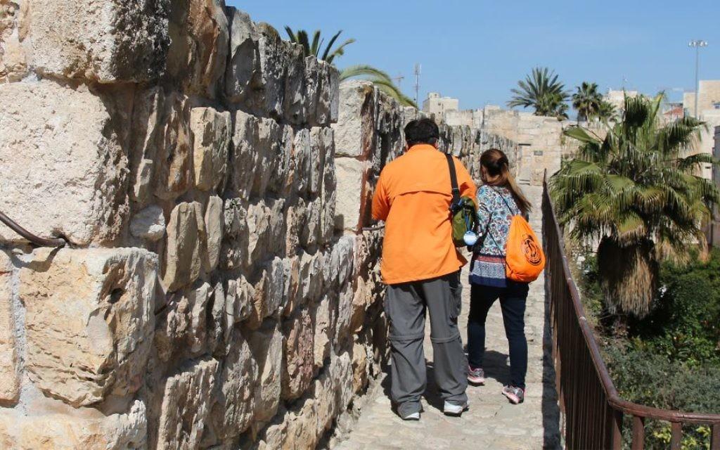 Les remparts de la muraille nord, dans le quartier chrétien de la Vieille Ville de Jérusalem. (Crédit : Shmuel Bar-Am)