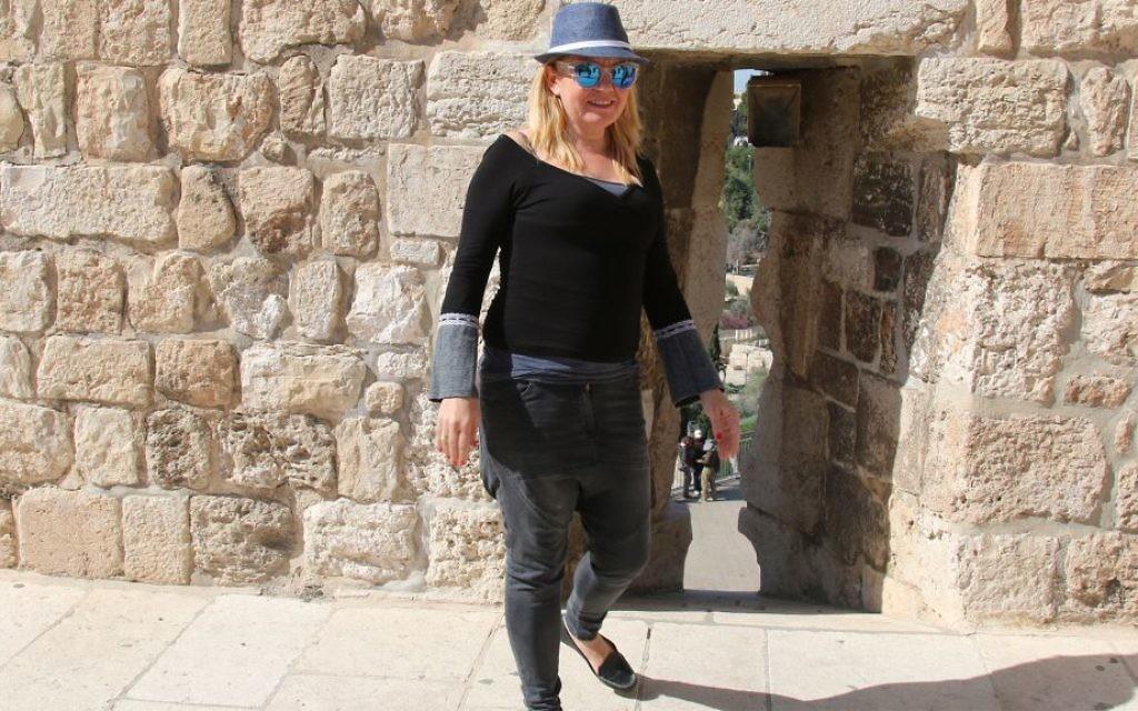 Gura Berger, porte-parole de PAMI, la Compagnie pour le développement de Jérusalem Est, qui gère les remparts de la Vieille Ville. (Crédit : Shmuel Bar-Am)