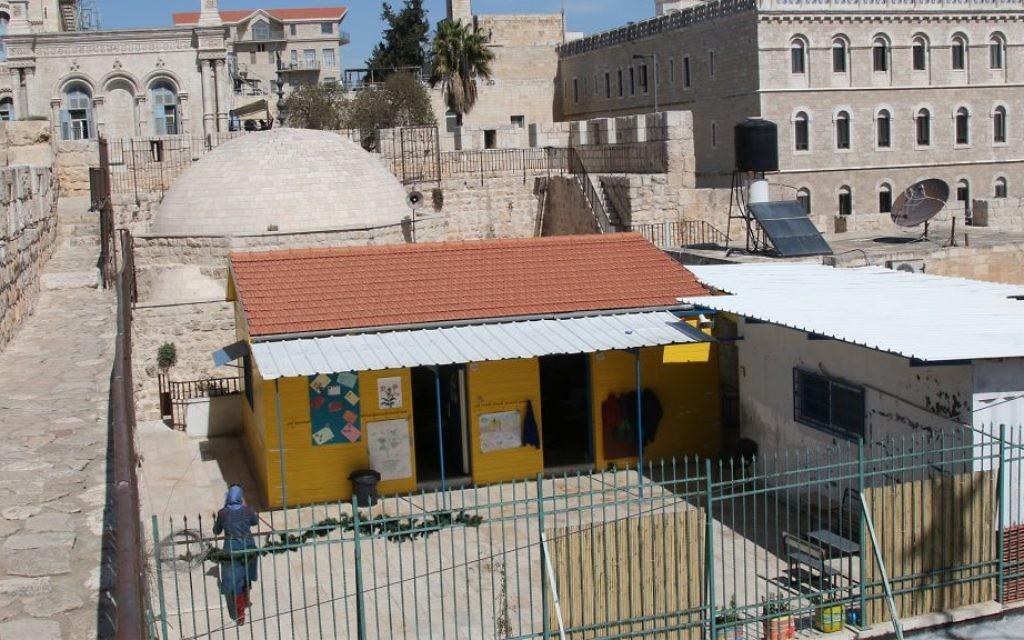 Une école et une mosquée dans le quartier chrétien de la Vieille Ville de Jérusalem. (Crédit : Shmuel Bar-Am)