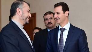 Bashar el-Assad, à droite, président syrien, avec le vice-ministre iranien des Affaires étrangères, Hossein Amir Abdollahian, à Damas, le 3 septembre 2015. (Crédit : Facebook/page officielle de la présidence syrienne)