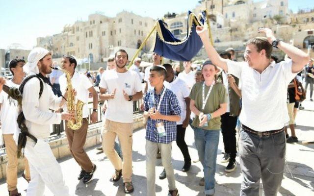 Des orphelins fêtant leur bar mitzvah au mur Occidental grâce à l'intervention du Colel Chabad (Crédit : autorisation Israel Bardugo)