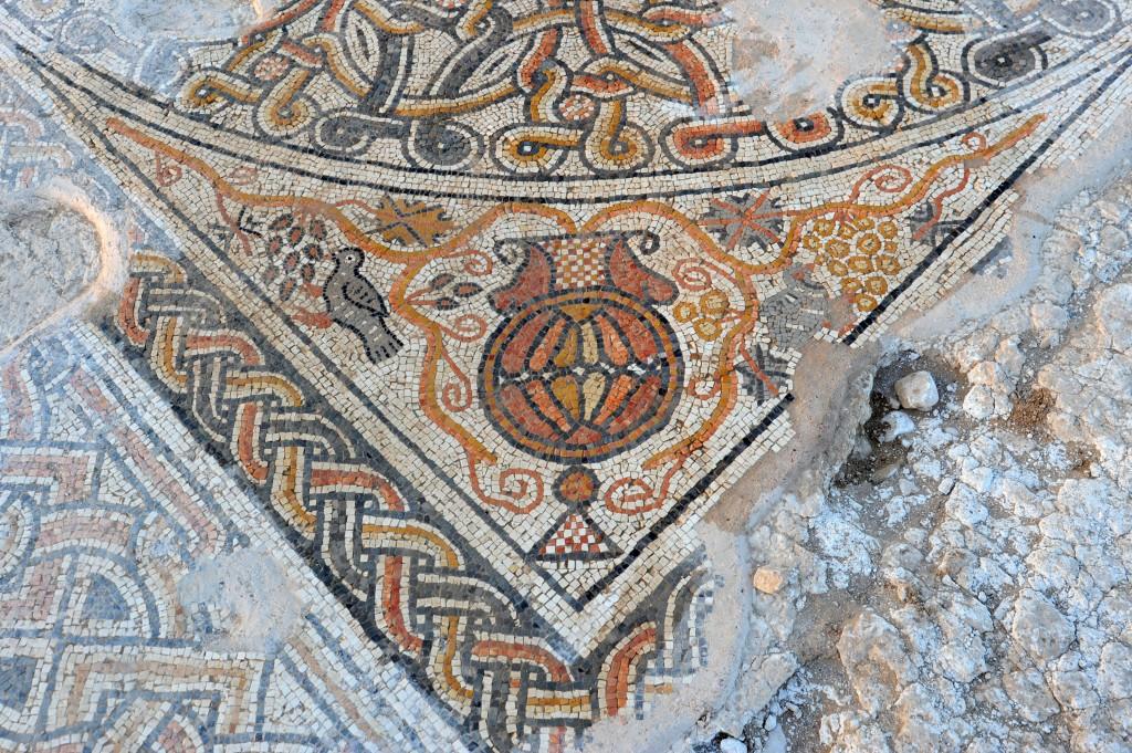 Un détail du sol en mosaïque datant de l'ère byzantine récemment trouvé dans le sud d'Israël (Crédit : Yael Yolovitch/ Autorité des Antiquités israéliennes)