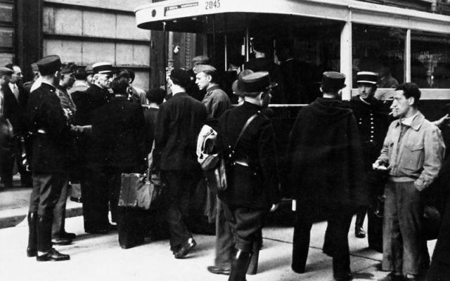 Arrestation de Juifs par des policiers français à Paris, le 20 août 1941. (Crédit : Bundesarchiv, Bild 183-B10816/CC BY-SA 3.0/WikiCommons)