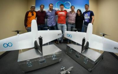 Des membres de l'équipe SkyX avec des drones SkyOne. Didi Horn 3e à gauche (Crédit : autorisation)