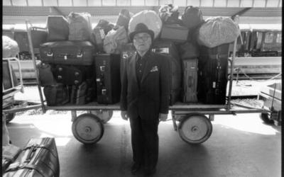 Un homme âgé devant un chariot de bagages (Autorisation :  'Stateless')