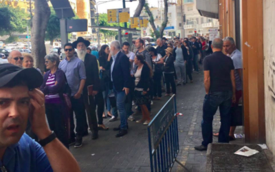 La file d'attente devant le consulat à Tel Aviv, le jour du premier tour des élections présidentielles françaises (Crédit : Leslie Gahnassia/Times of Israel)