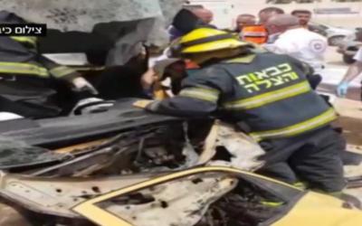 Les premiers secours sur la scène d'un accident mortel dans le sud d'Israël le 12 avril 2017 (Capture d'écran :  : Deuxième chaîne)