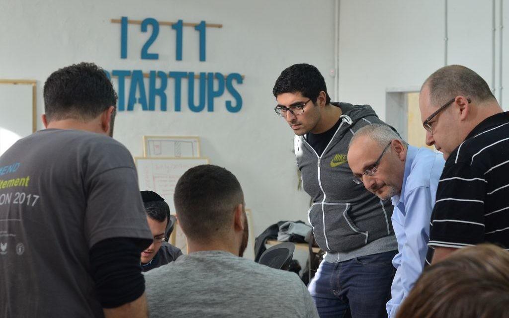Le Hackaton 2017, organisé par Israeli Hub et le ministère des Affaires étrangères, permet à des jeunes d'horizons différents de réfléchir à des solutions pour lutter contre l'antisémitisme sur internet, à Jérusalem, en mars 2017. (Crédit : Sophie Smadja)